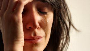 a-mulher-desandou-a-chorar